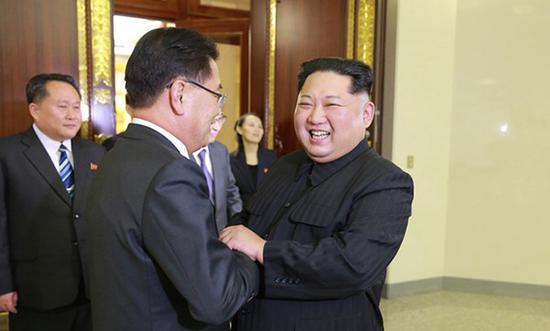 3月5日,在朝鲜平壤,青瓦台国家安保室室长郑义溶(左)与朝鲜劳动党委员长金正恩握手。
