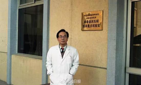 侯云德院士在病毒基因工程国家重点实验室大楼门口留影