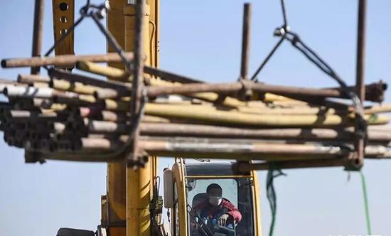 建设者们坚守工作岗位。