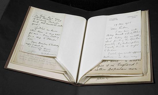 D.H。劳伦斯写给他在伦敦的出版代理詹姆斯·布兰德·平克的亲笔信,信的日期为1915年11月29日,收录在一册劳伦斯写给平克的信件集中。大英图书馆藏:Add MS 74258, f 27r图来片源:© The Estate of Frieda Lawrence Ravagli