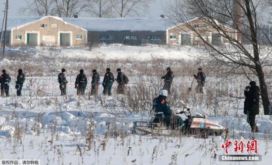 资料图:2018年2月11日,俄罗斯萨拉托夫航空公司一架载有71人的客机坠毁,图为搜寻工作正在进行中。