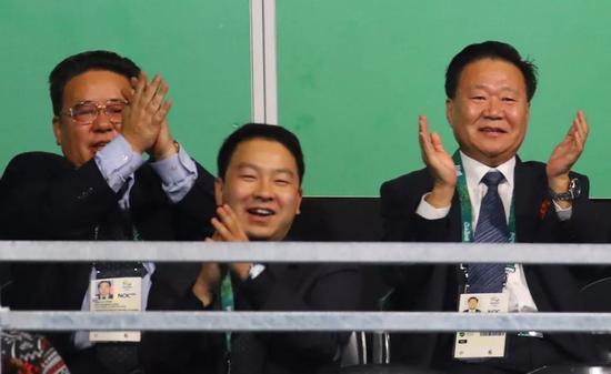 △崔龙海(右一)在2016年里约奥运会上为选手鼓掌助威