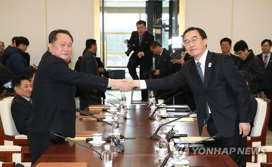 9日,朝韩举行高级别会谈,双方代表团团长握手