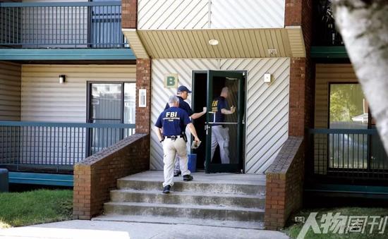 2017年7月1日,伊利诺伊州尚佩恩,美国联邦调查局人员在嫌疑人布伦特·克里斯滕森居住的公寓进行搜查和证据收