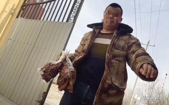 """▲2018年1月6日,河间市城东东八里庄河间市中正圆食品厂内,员工聂某从存肉点带过来的两袋""""二号肉"""",并称这两袋是老母猪肉煮制而成。 新京报记者 大路 摄"""