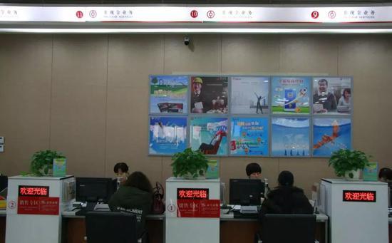 中国银行河北雄安分行受理业务窗口。栗翘楚摄