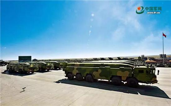 常规导弹第二方队受阅的东风-16改常规导弹,命中精度高、毁伤能力大、反应速度快,能够对敌要害目标实施精确打击。王传顺 摄