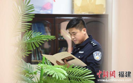 管教民警陈林彬帮助郑江查找寻亲线索。