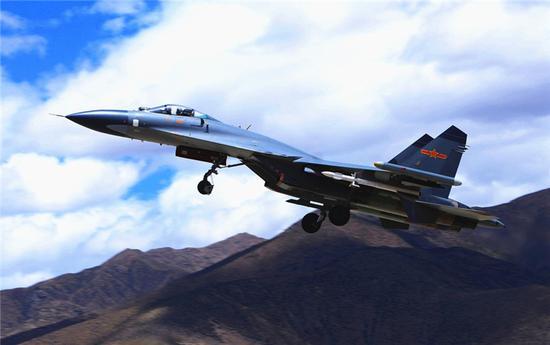中国空军战机进行飞行训练(资料照片)。陈庆顺 摄