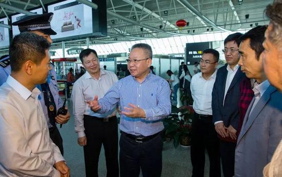 2018年2月14日,在三亚凤凰国际机场出发大厅,省长沈晓明仔细了解节日期间里机场客流、安检和应急保障工作。 海南日报记者 宋国强 摄