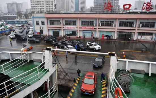 2月23日,车辆在海口港排队登船。 新华社 图
