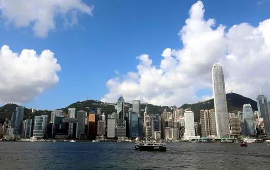 ▲一艘天星小輪行駛在香港維多利亞灣。 新華社記者 李鵬攝