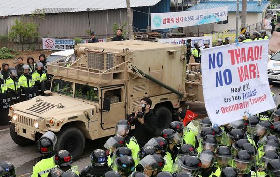 """▲资料图片:4月26日,""""萨德""""系统抵达韩国星州,遭到当地民众抗议。(路透社)"""
