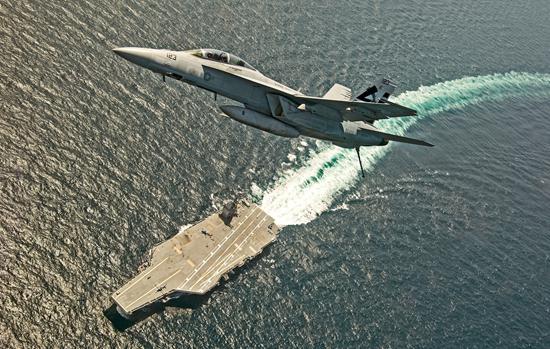 """当地时间2017年7月28日,大西洋,美国F/A-18F超级大黄蜂战斗机在""""福特""""号航母上测试电磁弹射系统与AAG电磁阻拦索。视觉中国供图(资料图片)"""