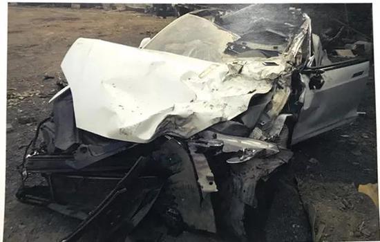 ▷事故发生后,特斯拉轿车报废(翻拍图)