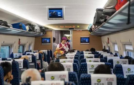 全国政协委员孙承业呼吁,在普通旅客列车上施行全面禁烟。