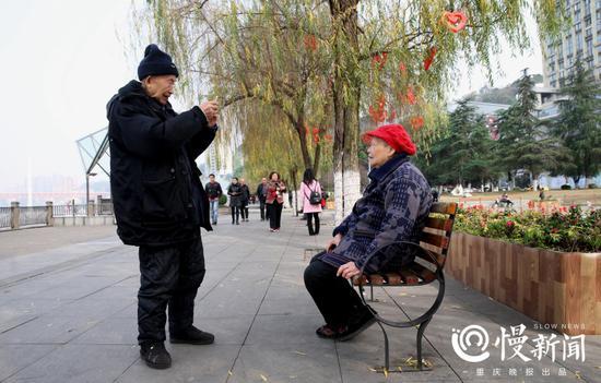 老寿星执意要用记者的手机给老伴亲手拍张照