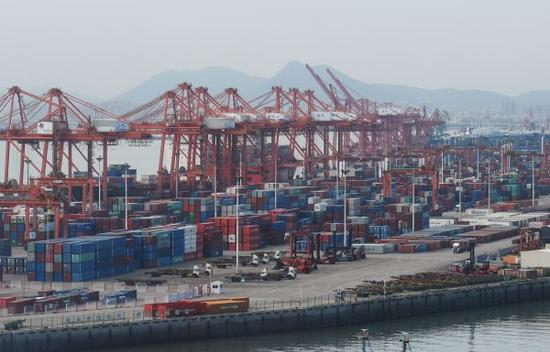 资料图片:堆放满集装箱的厦门港海天码头(8月3日摄)。新华记者 林善传 摄