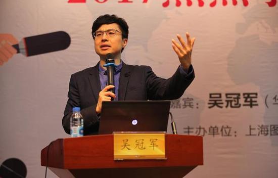 华东师范大学教授吴冠军2017年12月30日在上海图书馆举办的讲座上,从哲学角度针对2017年热门事件进行了反思和思考。 主办方供图