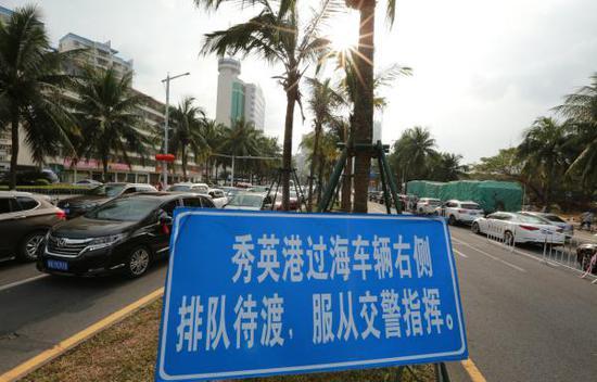 2018年2月21日,海南海口,滞留在滨海大道上的准备出岛车辆。 东方IC 图