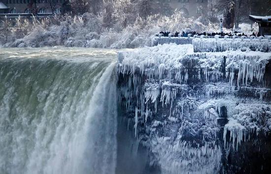 ▲1月2日,美国尼亚加拉大瀑布,部分水流被直接冻成冰 图据美联社