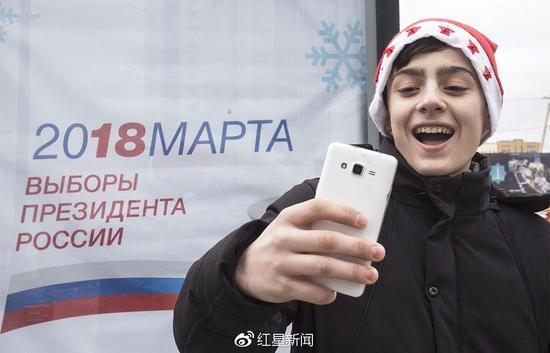 自拍赢iPhone图据俄塔社