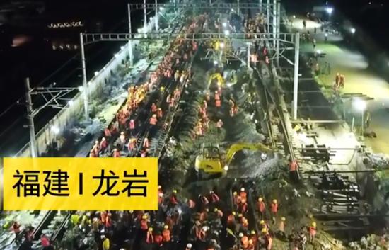 施工现场有7辆列车和23台挖掘机。(图片来源:视频截图)
