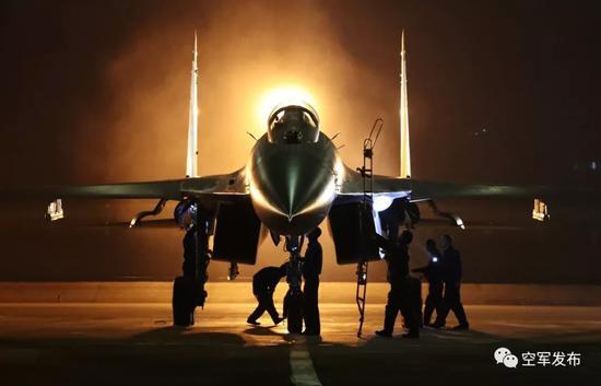 ▲3月7日,西部战区空军航空兵某旅机务人员快速准备夜训战机。