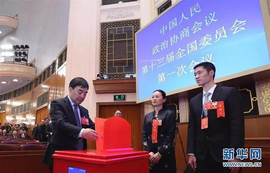 3月14日,全国政协十三届一次会议在北京人民大会堂举行第四次全体会议,选举政协第十三届全国委员会主席、副主席、秘书长和常务委员。这是委员在投票。新华社记者 庞兴雷 摄