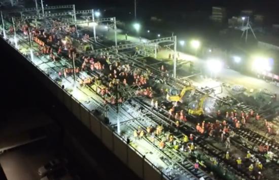 数千名人员在施工现场有条不紊地作业,场面十分震撼。(图片来源:视频截图)