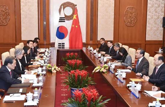 ▲11月22日,外交部长王毅在北京钓鱼台国宾馆同韩外洋长康京和举行谈判。