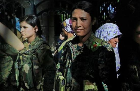 23岁的叙利亚库尔德女战士巴林·科巴尼(Barin Kobani),照片未标注具体日期。