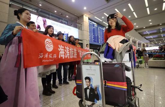 ▲中国旅游团在韩国 图片来源:视觉中国