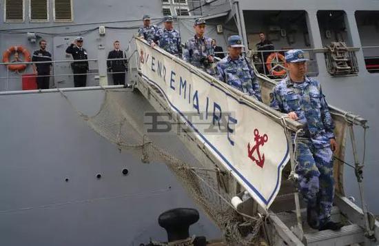"""▲驻港部队从法国护卫舰""""葡月""""号上走下来。(保加利亚新闻通讯社)"""
