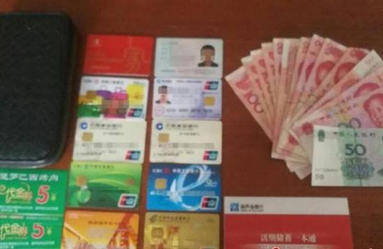 民警找回的钱包以及里面的现金和银行卡等。 警方供图