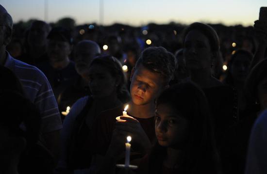 ▲2月15日,佛罗里达州帕克兰市,人们手举蜡烛对遇难者守夜。 图/新华社