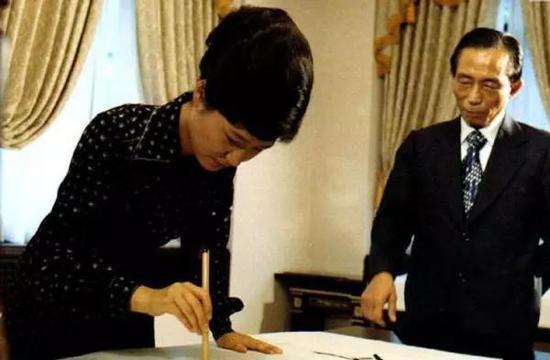 △朴槿惠在父亲朴正熙的监督下练习书法