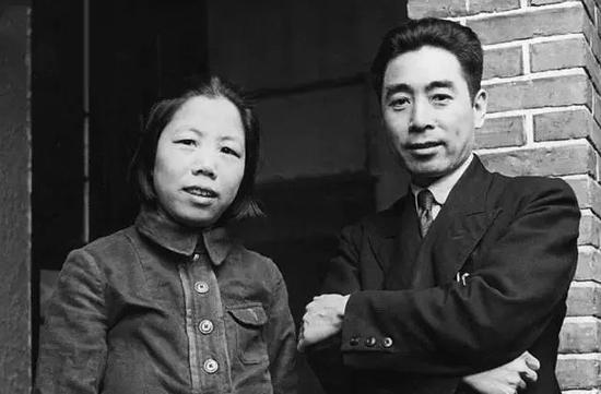 1944年,周恩来和邓颖超在延安。