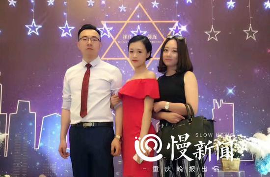 王馨连(中)和崔先生(左一)喜结良缘