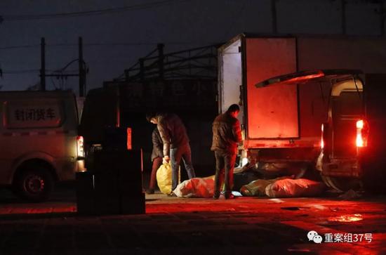 ▲2017年12月29日晚上10点左右,北京市大兴区高野路一市场内,厢式货车将从河间运来的假驴肉分装到三辆面包车上,随后三辆面包车将分装的假驴肉运往北京不同的驴肉火烧店。 新京报记者 大路 摄