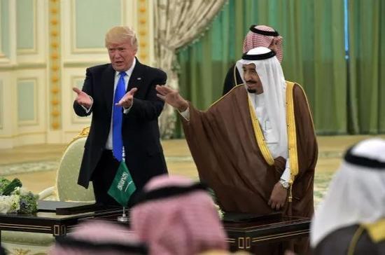 5月20日,沙特国王萨勒曼与美国总统特朗普出席协议签署仪式。新华社/法新