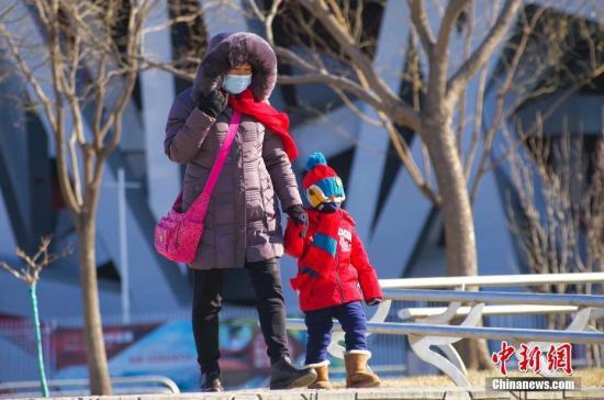 资料图:民众在北京奥林匹克公园内游览。中新社记者 贾天勇 摄