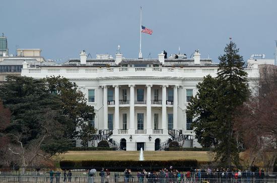 ▲2月16日,白宫降半旗哀悼校园枪击案遇难者。 图/新华社