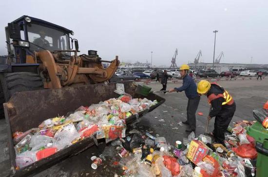 △ 秀英港工作人员在清理垃圾
