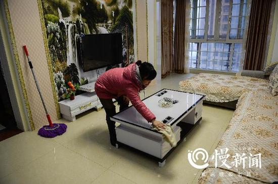 刘金心在外打工,新房子基本没怎么住过。何小平经常会过来替他打扫清洁。