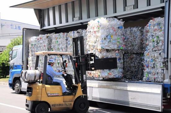 2010年日本一家塑料回收工厂内,工人正在工作。(新华社记者华义摄)