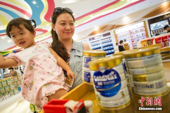 资料图为游客在海南三亚海棠湾免税购物中心选购免税奶粉。中新社发 骆云飞 摄