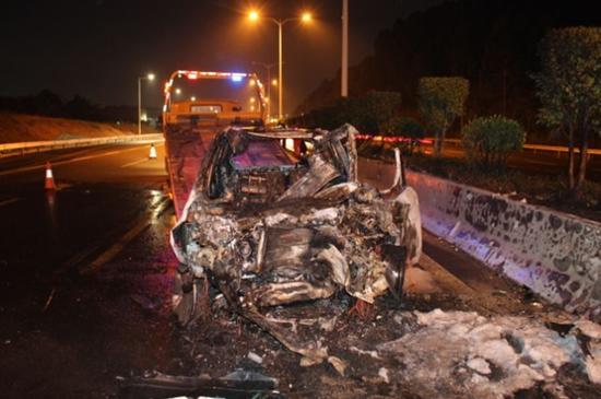 轿车追尾环卫车后被烈火吞噬 司机当场死亡(图)魏巍简介