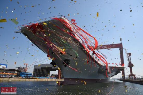 资料图:中国首艘国产航母船坞下水瞬间。