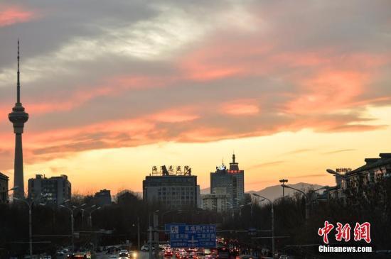 资料图:北京上空半晚时分现火烧云景观,十分绚丽。中新网记者 翟璐 摄